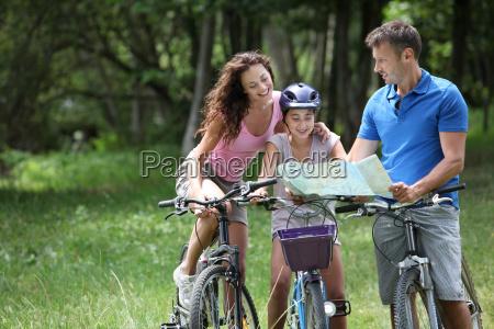 familie auf einer fahrradtour