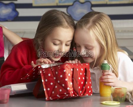 grundschule schueler geniessen gezackten mittagessen im