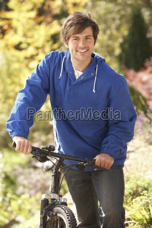 portraet des jungen mannes mit zyklus