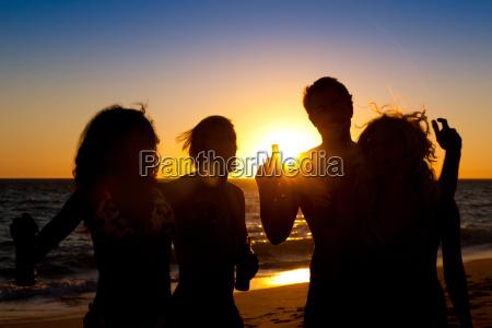 leute machen party am strand