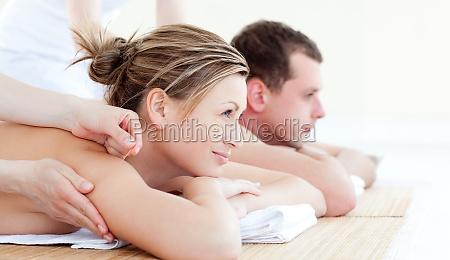 attraktive junge paar eine akupunktur therapie