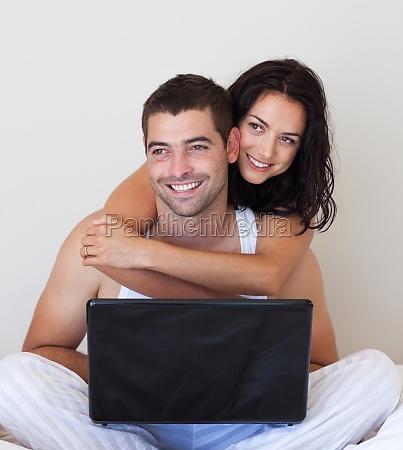 frau laptop notebook computer lachen lacht