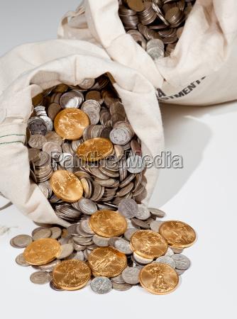 silber und goldmuenzen in bullion tasche