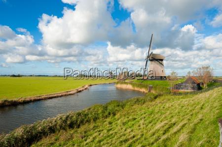 schoene windmuehlenlandschaft in den niederlanden