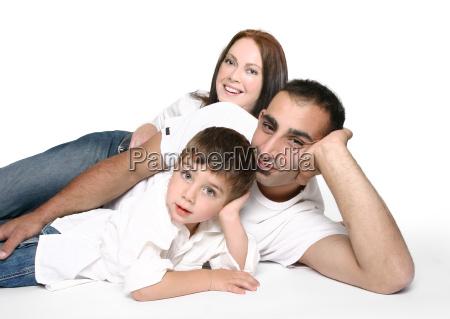 laessige familie zusammen auf dem boden