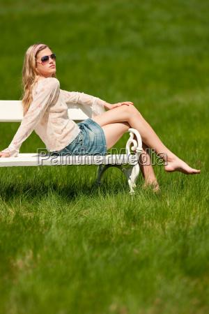 sommer junge frau entspannende bank park