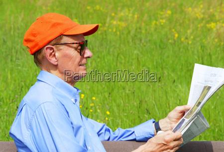senior beim zeitung lesen