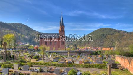 friedhof mit kirche in der pfalz