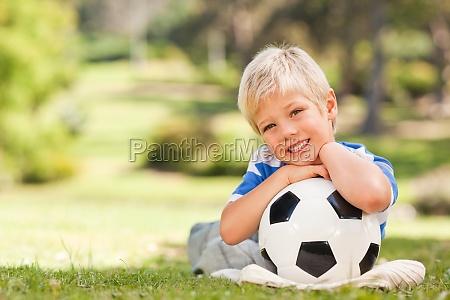junge mit seinem ball im park