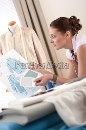 professionelle tailor holding modeskizze