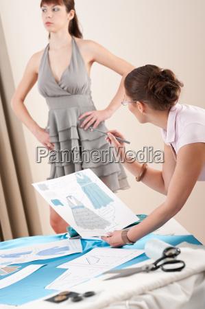 modellanpassung von weiblichen mode designer