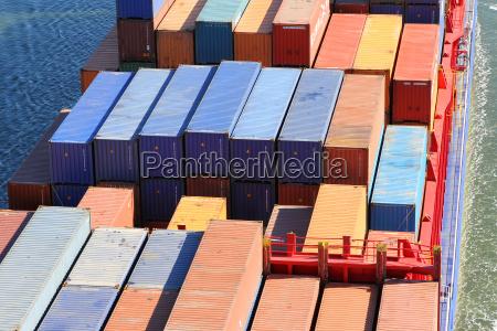container auf einem frachtschiff