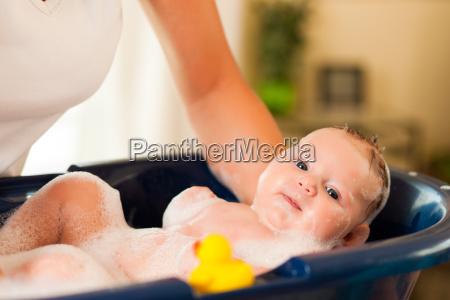 mutter badet ihr baby