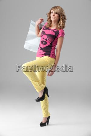 junge blonde frau im bunten outfit
