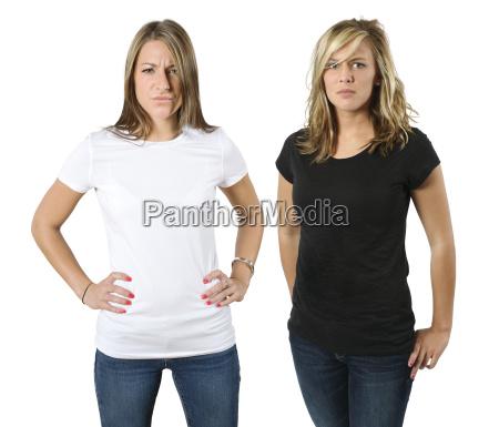 junge veraergerte frauen mit leeren hemden