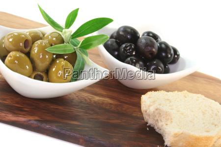 schwarze und gruene oliven