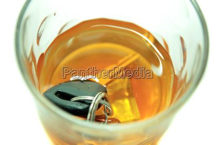 autoschluessel im whiskey tumbler