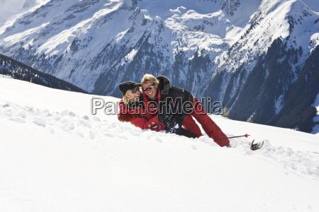 liebespaar umarmt sich im schnee
