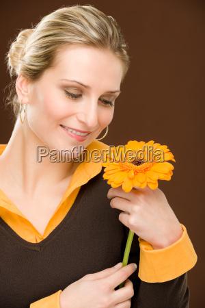 blumen romantische frau halten gerberagaensebluemchens