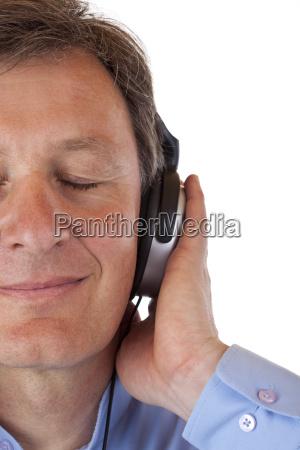 gesichtausschnitt eines rentners der mp3 musik