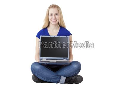 junge attraktive fau haelt laptop computer
