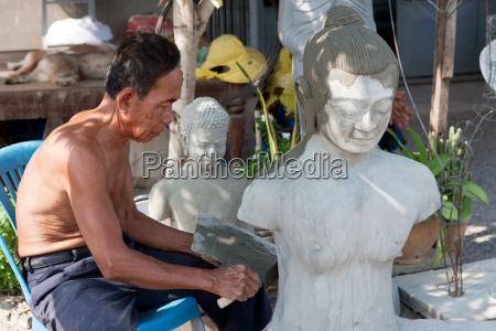 anfertigen einer buddhistischen skulptur