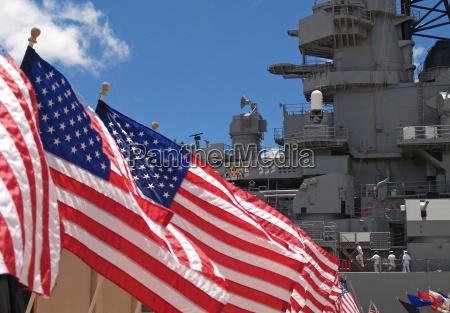 us flaggen neben dem battleship missouri