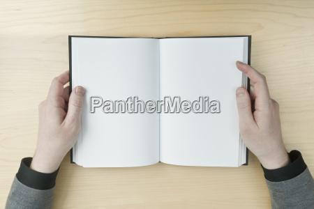 mann liest ein leeres buch