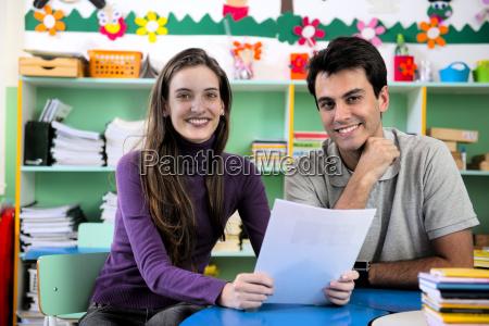 zwei lehrer im klassenzimmer