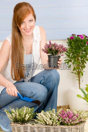 sommer garten terrasse rothaarige frau halten