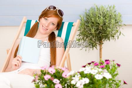sommer terrasse rote haare frau entspannen