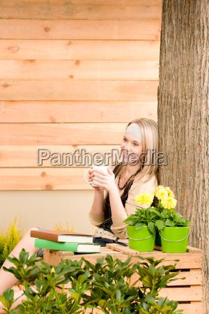 frau garten blume pflanze erfreut gluecklich