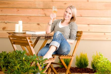 garten froehliche frau geniessen glasweinterrasse