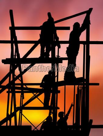 bauarbeiter gegen bunten sonnenuntergang
