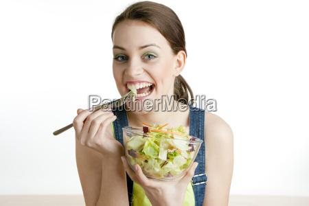 portraet von frau die salat isst