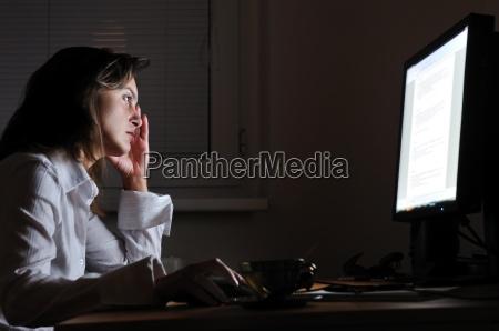 business person ueberstunden mit nackenschmerzen