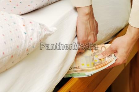 ausblenden von geld unter matratze