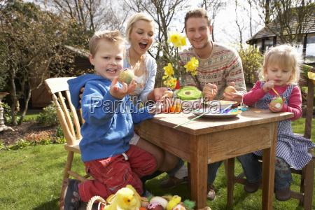 familie, dekorieren, ostereier, auf, tisch, im - 4770140