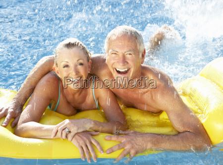 Ältere, paare, die, spaß, im, pool - 4772046