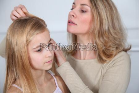 madre tratando el cabello de su