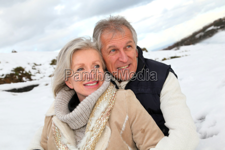 portraet gluecklicher seniorenpaare am berg