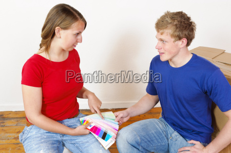 junges paar sucht sich eine wandfarbe