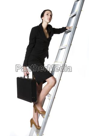 klettern geschaeftsdame eine leiter