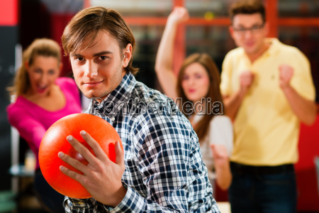 freunde beim bowling in bowlingbahn