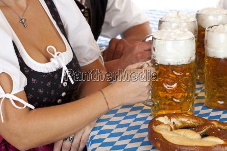 detail einer bayrischen frau im dirndl