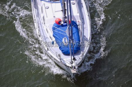 segelboot auf dem nord ostsee kanal