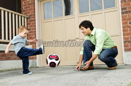 vater und sohn spielen fussball