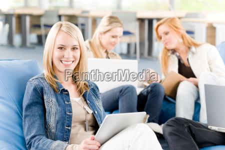 gruppe junger studenten an der high