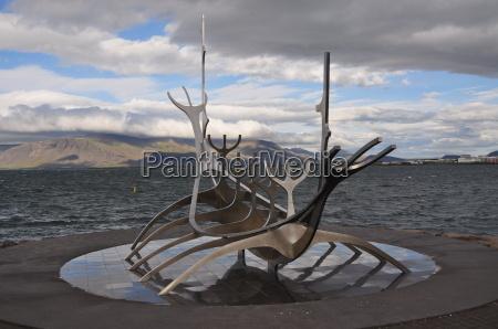 wikingerschiff skulptur im hafen von