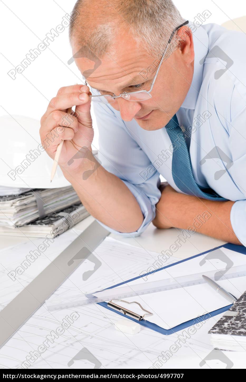 professioneller, architekt, mit, blaupause, hinter, tisch - 4997707